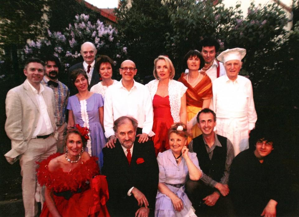 Tous les comédiens (sauf D. MARTY), Jacques HADJAJE (au centre) et Simon HADJAJE (en bas à gauche)